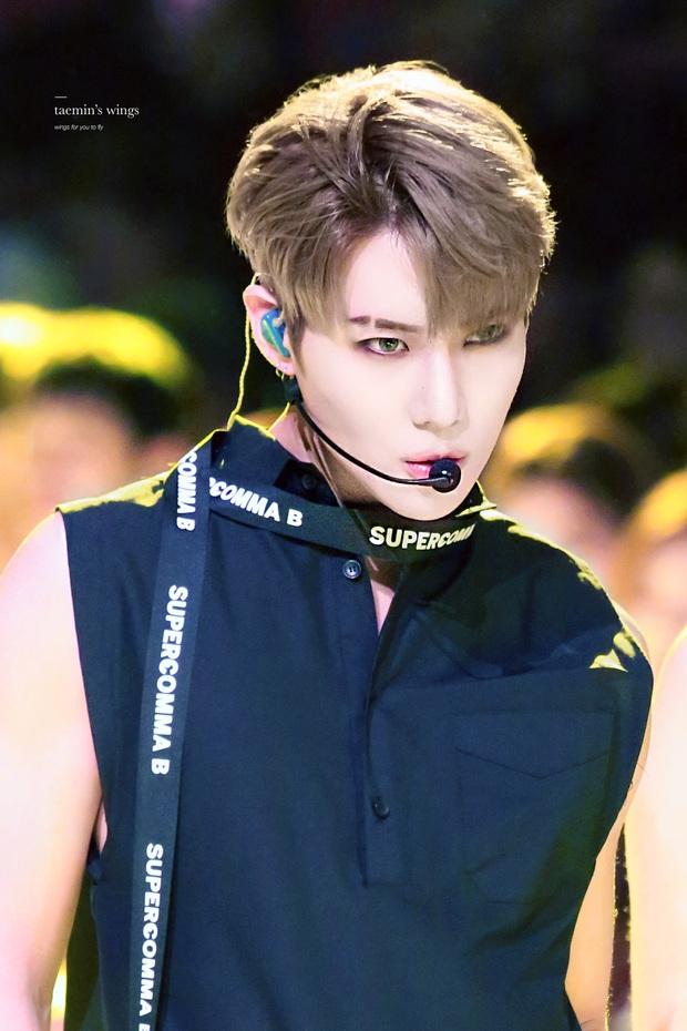 7 idol nam chính là ma cà rồng chuyển thế: V (BTS) đổi mặt 180 độ trên sân khấu, dàn nam thần SM gây sốt vì khí chất hiếm có - Ảnh 12.