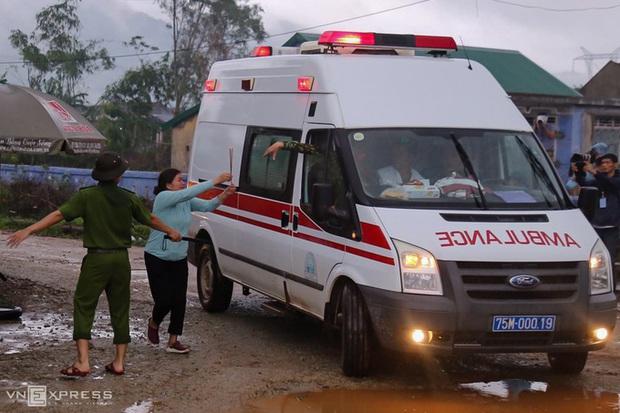 Khoảnh khắc nghẹn lòng: Người thân cố chạy theo xe cứu thương, gửi nén nhang đến chiến sĩ đã hi sinh tại Tiểu khu 67 - Ảnh 4.