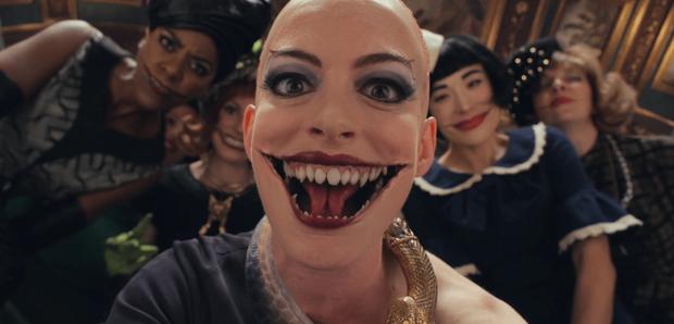 Anne Hathaway đang cao sang bỗng hoá yêu nghiệt mồm rộng ở phim mới, nhìn xong chỉ muốn quên đi liền! - Ảnh 4.