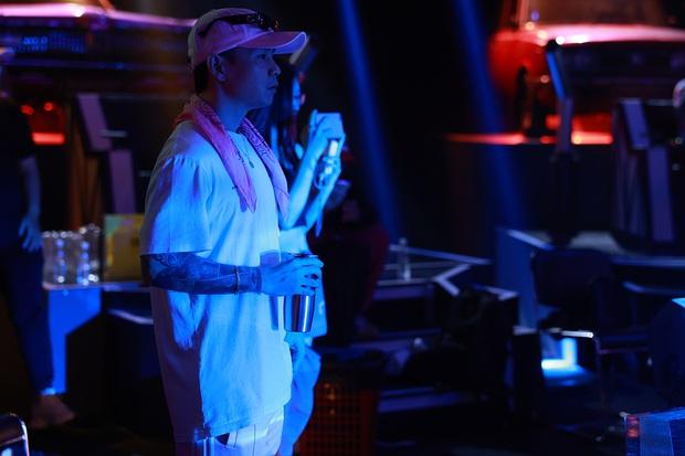 Wowy mặc áo ba lỗ khoe bộ sưu tập hình xăm hầm hố, Karik gây chú ý với quần hoa - Ảnh 26.
