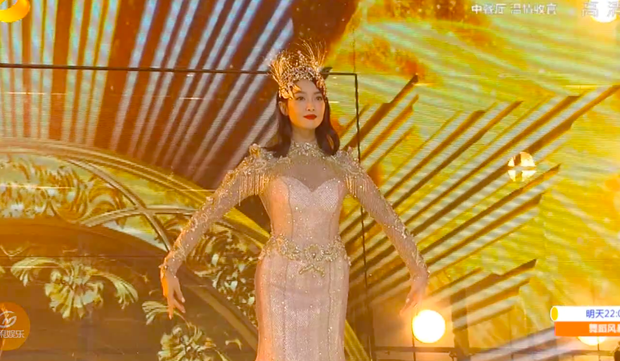 Hé lộ màn trình diễn của Nữ thần Kim Ưng 2020: Body bị dìm vì chiếc váy thảm hoạ, biểu cảm đơ như tượng sáp - Ảnh 6.