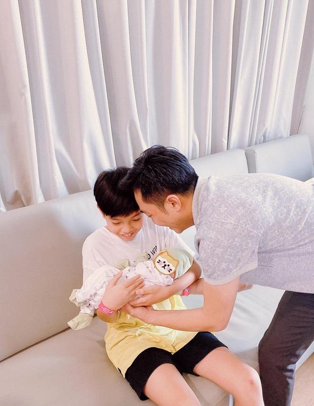 Cường Đô La hạnh phúc khoe khoảnh khắc Subeo chăm em gái cực yêu: Cậu nhóc ra dáng anh hai lắm rồi này! - Ảnh 4.