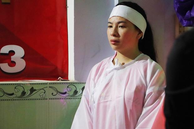 Tang lễ đẫm nước mắt của hiệp sĩ tử vong lúc truy đuổi tội phạm ở Biên Hòa: Vợ mang song thai thẫn thờ bên linh cữu chồng - Ảnh 2.