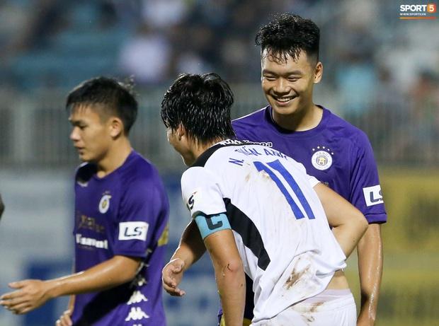 Tuấn Anh bật cười sau khi bị chơi xấu, quyết không ngã dù bị phạm lỗi từ phía sau - Ảnh 2.