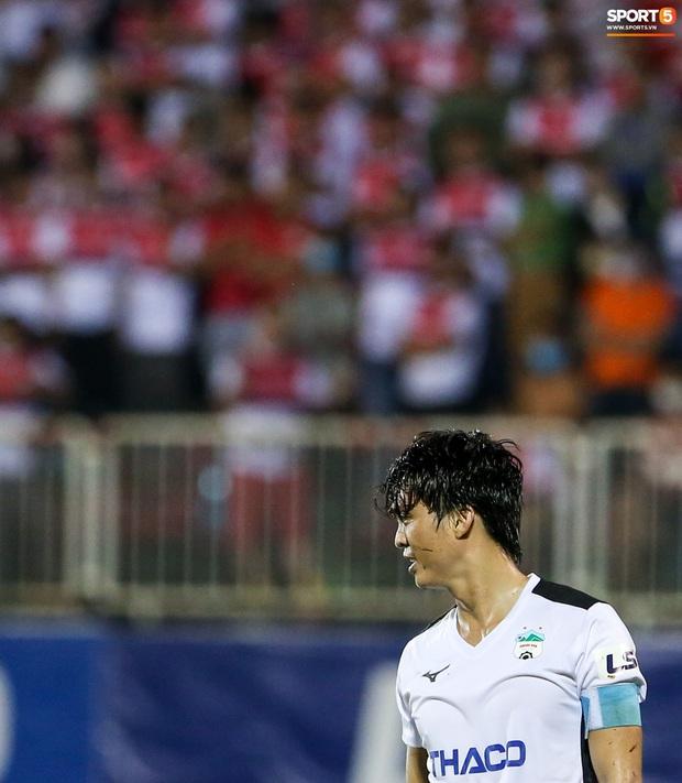 Tuấn Anh bật cười sau khi bị chơi xấu, quyết không ngã dù bị phạm lỗi từ phía sau - Ảnh 8.
