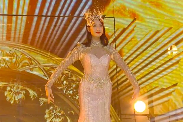 Hé lộ màn trình diễn của Nữ thần Kim Ưng 2020: Body bị dìm vì chiếc váy thảm hoạ, biểu cảm đơ như tượng sáp - Ảnh 9.