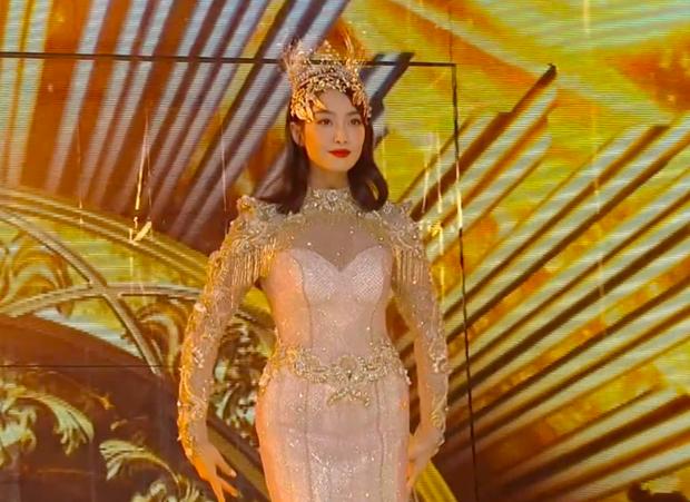 Hé lộ màn trình diễn của Nữ thần Kim Ưng 2020: Body bị dìm vì chiếc váy thảm hoạ, biểu cảm đơ như tượng sáp - Ảnh 10.