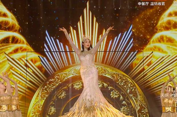 Hé lộ màn trình diễn của Nữ thần Kim Ưng 2020: Body bị dìm vì chiếc váy thảm hoạ, biểu cảm đơ như tượng sáp - Ảnh 12.