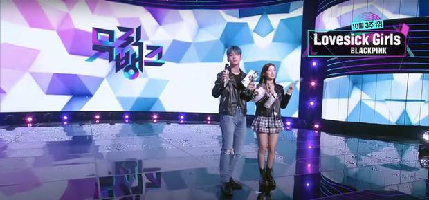 BLACKPINK thắng BTS với điểm số gấp đôi, fan thi nhau gọi Việt kiều Jennie lên nhận cúp - Ảnh 5.