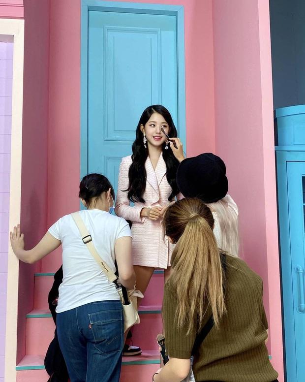 Đôi chân dài nhất Kpop leo lên top Dispatch: Vượt mặt cả thánh body Lisa (BLACKPINK), nhìn còn tưởng chỉnh lố - Ảnh 4.