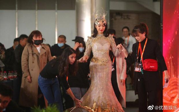 Cuối cùng Nữ thần Kim Ưng 2020 đã lộ diện: Victoria ngộp thở, thảm hoạ từ hậu trường đến sự kiện, còn bị tố đạo nhái - Ảnh 7.
