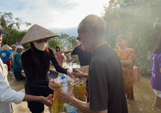 Thuỷ Tiên xuất quỹ hơn 50 triệu đồng xây nhà tình thương cho cụ bà bị ảnh hưởng giữa vùng lũ miền Trung - Ảnh 5.