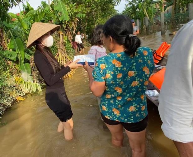 Thuỷ Tiên xuất quỹ hơn 50 triệu đồng xây nhà tình thương cho cụ bà bị ảnh hưởng giữa vùng lũ miền Trung - Ảnh 4.