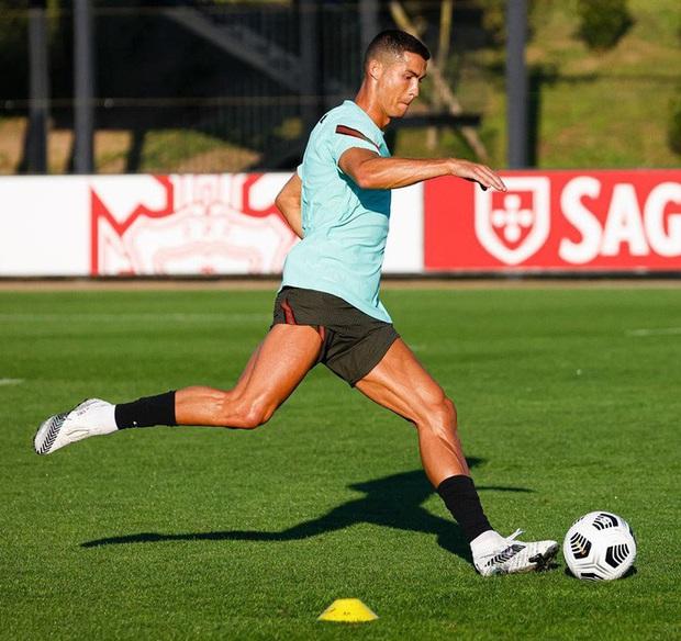 Ronaldo khoe cơ bắp cuồn cuộn chỉ ít ngày sau khi bị phát hiện nhiễm Covid-19, fan yên tâm phần nào khi thấy nụ cười tươi rói của anh chàng - Ảnh 2.