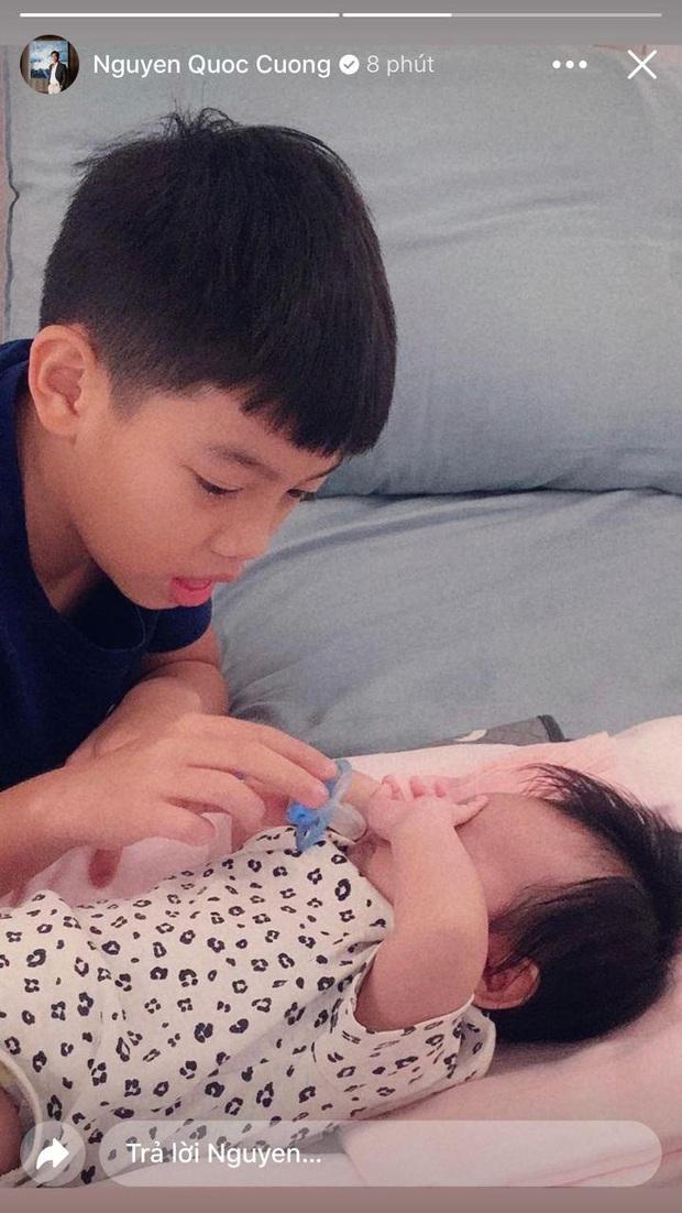 Cường Đô La hạnh phúc khoe khoảnh khắc Subeo chăm em gái cực yêu: Cậu nhóc ra dáng anh hai lắm rồi này! - Ảnh 2.