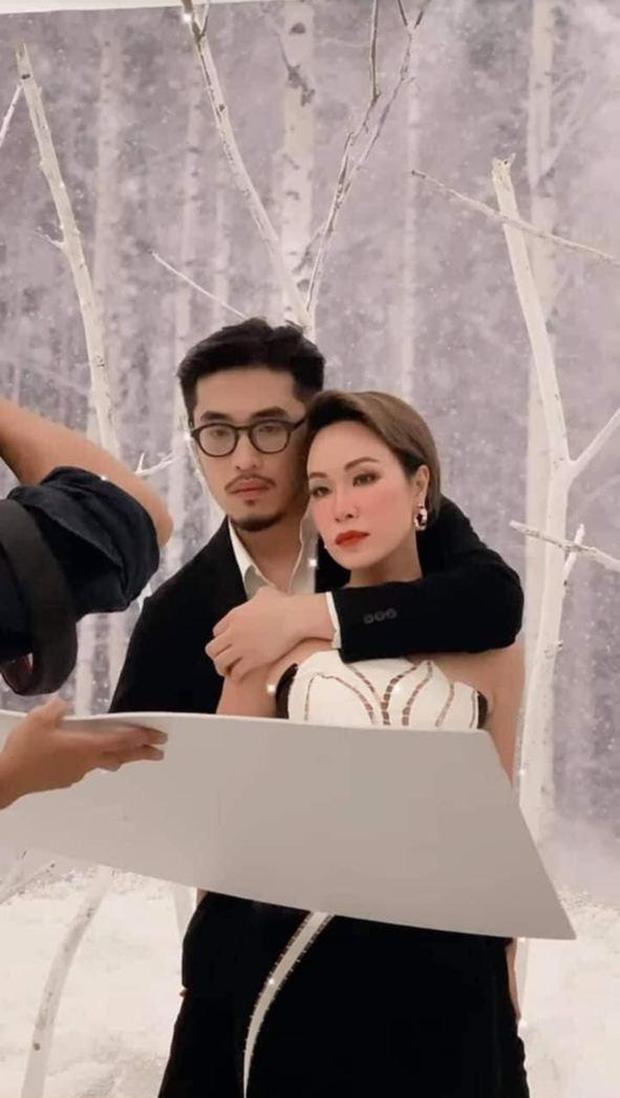 Bức ảnh hot nhất hôm nay: Uyên Linh và Thái Vũ chụp hình chung làm fan Taylor Swift tại Việt Nam được phen sống trong sợ hãi - Ảnh 1.