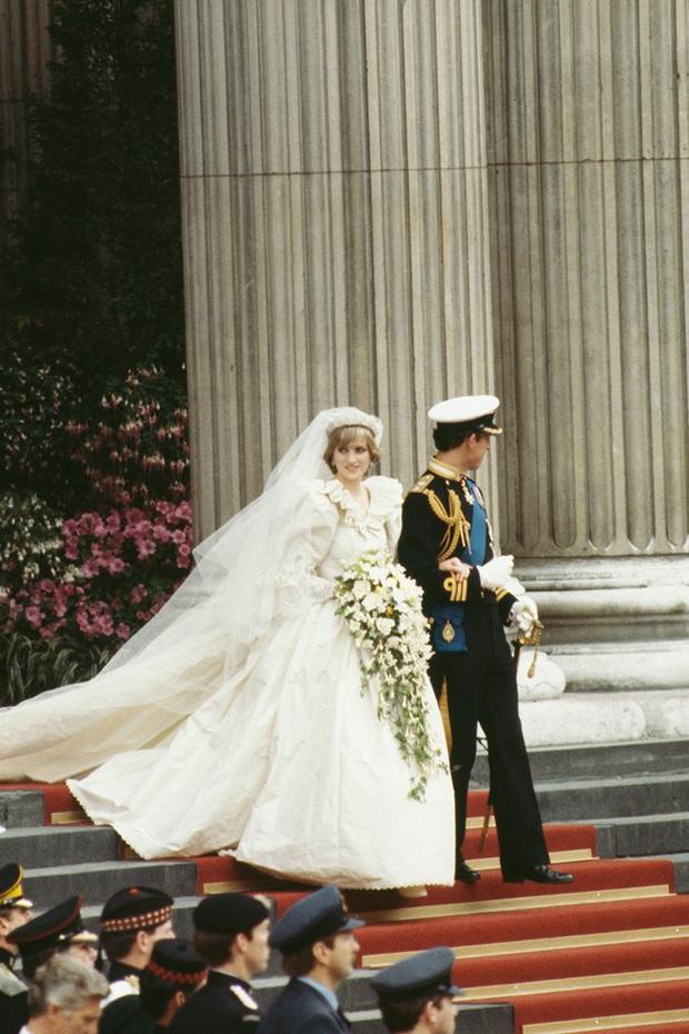 Váy cưới Công nương Diana bất ngờ gây sốt trở lại: 3,5 tỷ VNĐ, tốn vải nhất lịch sử Hoàng gia và nhiều bật mí bất ngờ - Ảnh 3.