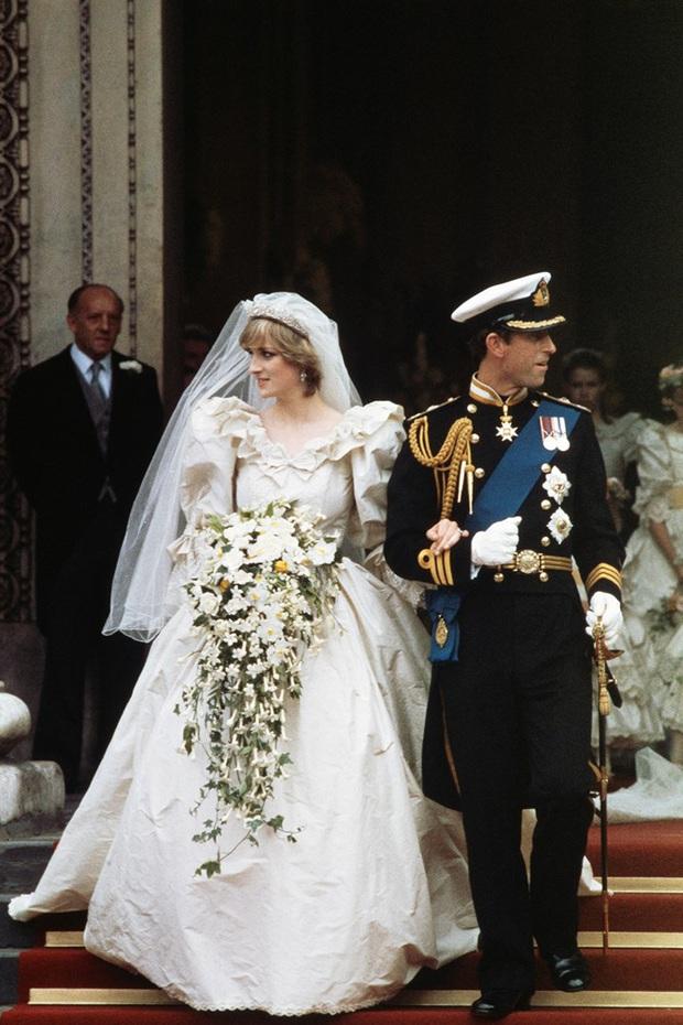 Váy cưới Công nương Diana bất ngờ gây sốt trở lại: 3,5 tỷ VNĐ, tốn vải nhất lịch sử Hoàng gia và nhiều bật mí bất ngờ - Ảnh 2.