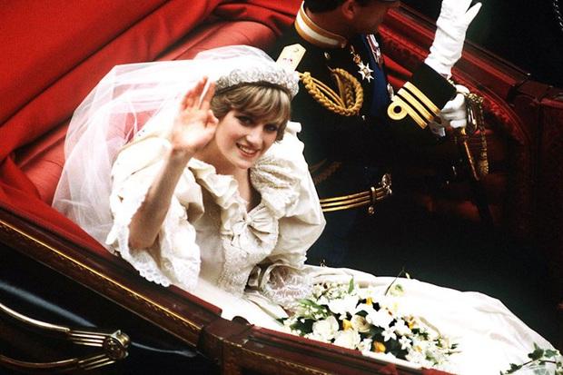 Váy cưới Công nương Diana bất ngờ gây sốt trở lại: 3,5 tỷ VNĐ, tốn vải nhất lịch sử Hoàng gia và nhiều bật mí bất ngờ - Ảnh 5.