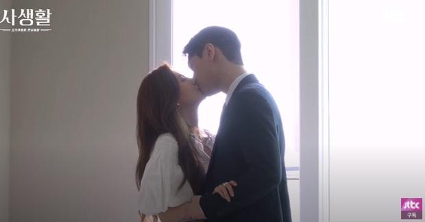 Seohyun và Go Kyung Pyo thoát y ở hậu trường Đời Tư: Mắt đờ đẫn, tay chân lóng ngóng nên bị cắt sạch cảnh này là phải! - Ảnh 5.