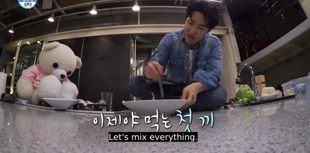 Có một idol Kpop khi đứng bếp thì rất lịch thiệp, tới lúc ăn lại khiến dân tình xỉu ngang vì tướng ngồi cực khó đỡ - Ảnh 4.