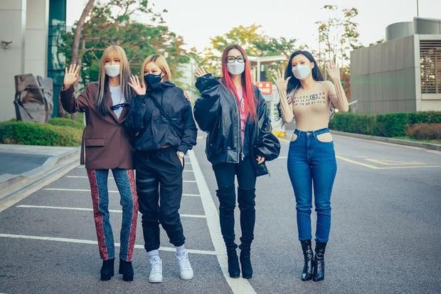 No.1 Naver hôm nay: Em út sexy nhất Kpop Hwasa khiến fan tá hỏa tưởng... không mặc áo, lấn át Lee Hyori và dàn đàn chị bốc lửa - Ảnh 2.