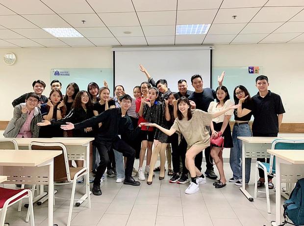 Lê Âu Ngân Anh lên đồ hiệu trong ngày đầu giảng dạy, nhìn ảnh chụp chung là hiểu độ thân thiết của cô giáo và sinh viên - Ảnh 3.
