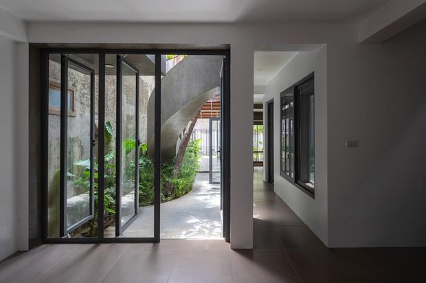 Bước vào ngôi nhà trong ngõ rộng 3m được phủ xanh bằng cây cối, ai cũng thích thú với chiếc cầu thang cực hợp sống ảo - Ảnh 8.