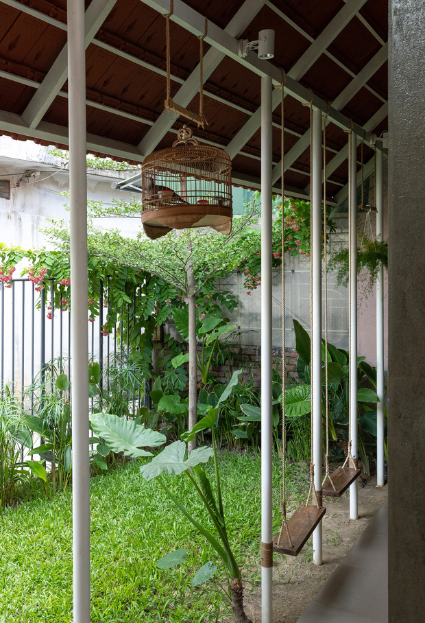 Bước vào ngôi nhà trong ngõ rộng 3m được phủ xanh bằng cây cối, ai cũng thích thú với chiếc cầu thang cực hợp sống ảo - Ảnh 5.