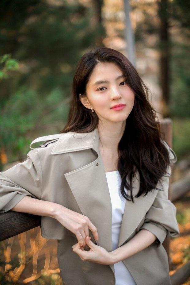 Soi nhược điểm mặt lệch, mũi ngắn của tiểu tam hot nhất xứ Hàn: Lý do cô luôn để một kiểu tóc nhất định là đây - Ảnh 1.