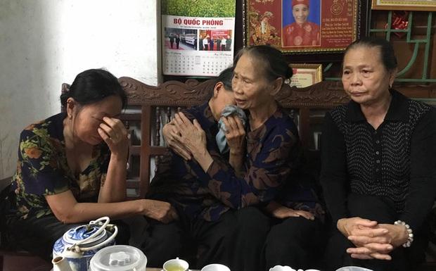 Người thân, hàng xóm sang chia sẻ động viên với mẹ của Đại tá Nguyễn Hữu Hùng