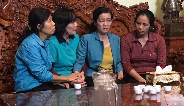 Chị Thoa (vợ Đại tá Hùng, thứ 2 từ phải qua)