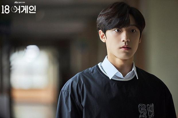 Phát sốt với ảnh kỷ yếu cấp 3 của nam chính 18 Again - Lee Do Hyun, bất ngờ hơn là lý do trượt đại học - Ảnh 2.