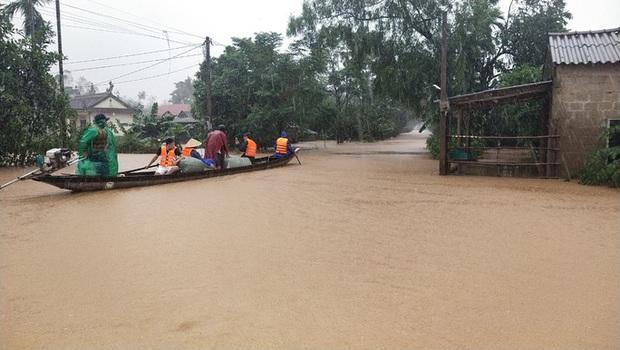 Quảng Trị: Mưa như trút nước, nhiều thủy điện ở miền núi vượt tràn từ 3 - 4 m - Ảnh 2.