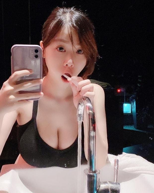 Nhiệt tình dạy bạn chơi LMHT, nữ streamer xinh đẹp vô tình lộ phần ngực nhạy cảm trên sóng - Ảnh 1.