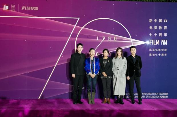 Sao khủng đổ bộ lễ kỷ niệm 70 năm Học viện Điện ảnh Bắc Kinh: Dương Mịch - Dương Tử đọ sắc, đôi chân của Quan Hiểu Đồng gây bão - Ảnh 15.