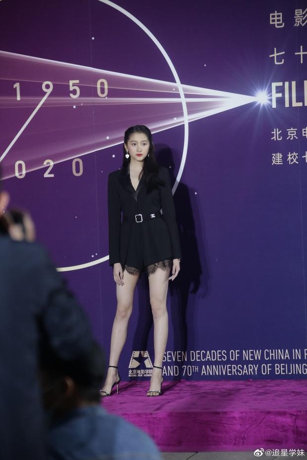 Sao khủng đổ bộ lễ kỷ niệm 70 năm Học viện Điện ảnh Bắc Kinh: Dương Mịch - Dương Tử đọ sắc, đôi chân của Quan Hiểu Đồng gây bão - Ảnh 12.