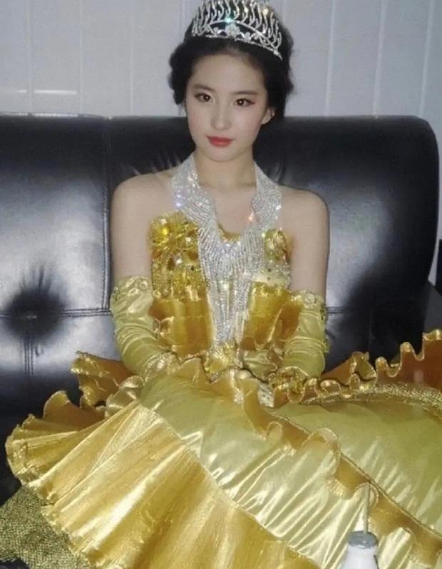 Hậu trường Lưu Diệc Phi hoá Nữ thần Kim Ưng 14 năm trước gây bão: Đẹp đến mức ảnh mờ vẫn đỉnh, Victoria khó có thể sánh bằng - Ảnh 2.