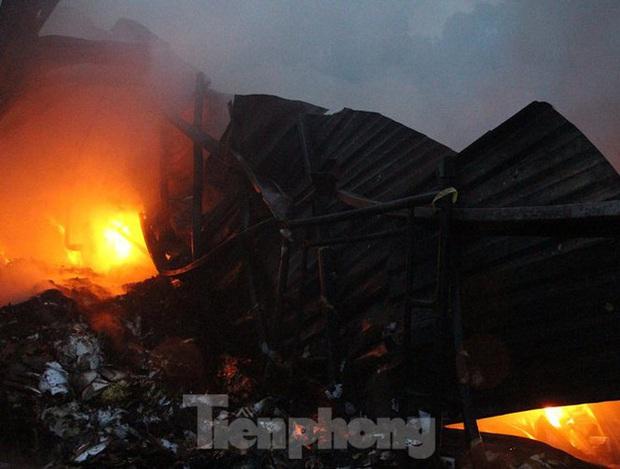 Nhà máy tôn cháy khói đen đặc phủ kín trời, người dân hoảng loạn tháo chạy - Ảnh 1.