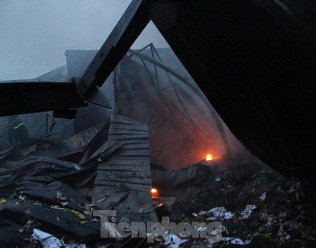 Nhà máy tôn cháy khói đen đặc phủ kín trời, người dân hoảng loạn tháo chạy - Ảnh 2.