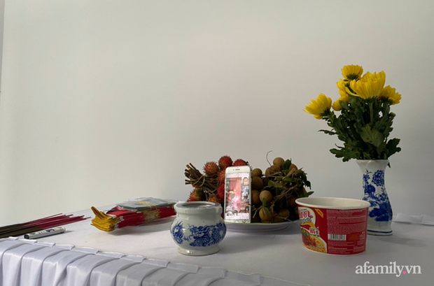 Vừa từ Nhật Bản trở về thì mẹ mất, nam công nhân nghẹn ngào để tang mẹ bằng bàn thờ lập trong khu cách ly - Ảnh 3.
