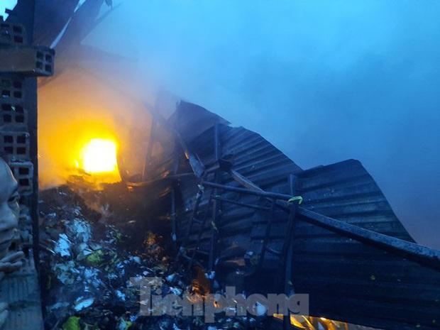 Nhà máy tôn cháy khói đen đặc phủ kín trời, người dân hoảng loạn tháo chạy - Ảnh 3.