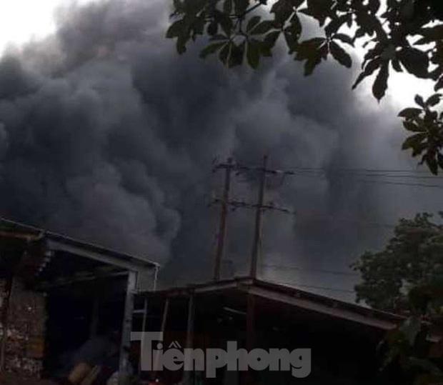 Nhà máy tôn cháy khói đen đặc phủ kín trời, người dân hoảng loạn tháo chạy - Ảnh 4.