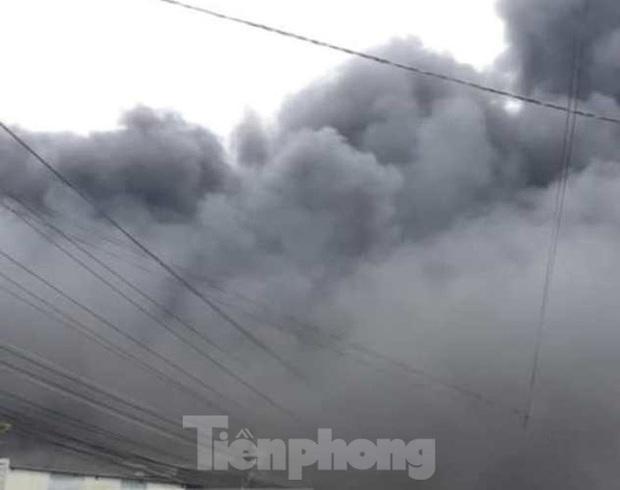 Nhà máy tôn cháy khói đen đặc phủ kín trời, người dân hoảng loạn tháo chạy - Ảnh 7.