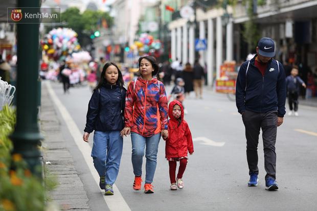Chùm ảnh: Nhiệt độ giảm xuống thấp nhất chỉ 19 độ C, người dân Hà Nội mang áo khoác ấm, co ro trong cái lạnh đầu mùa - Ảnh 4.