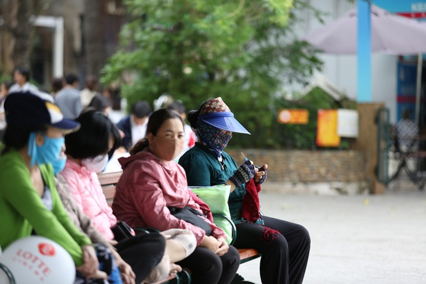 Chùm ảnh: Nhiệt độ giảm xuống thấp nhất chỉ 19 độ C, người dân Hà Nội mang áo khoác ấm, co ro trong cái lạnh đầu mùa - Ảnh 9.
