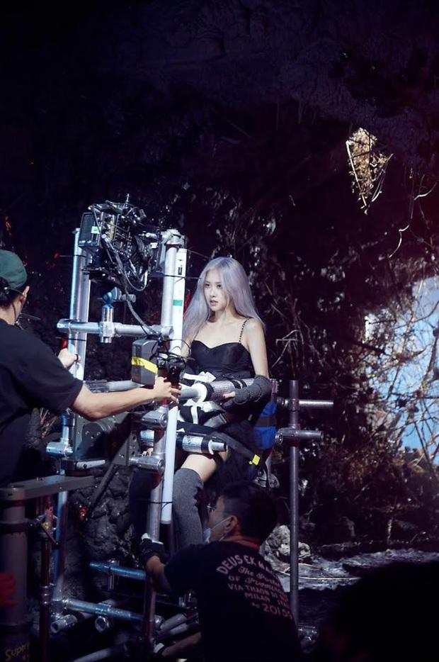 Đạo diễn hé lộ bí quyết idol luôn long lanh trong MV: Bả mặt để tút lại nhan sắc sau khi đổ mồ hôi như tắm và còn gì nữa? - Ảnh 5.