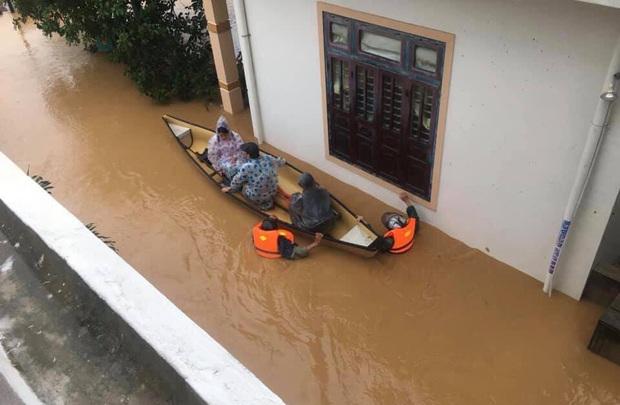 Thượng úy hy sinh, 2 cán bộ bị thương nặng trên đường đi cứu nạn người dân bị nước lũ cuốn mất tích - Ảnh 1.