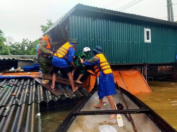 Quảng Bình: Nước lũ dâng cao, nhấn chìm nhà cửa, người dân kêu cứu giữa biển nước mênh mông - Ảnh 8.