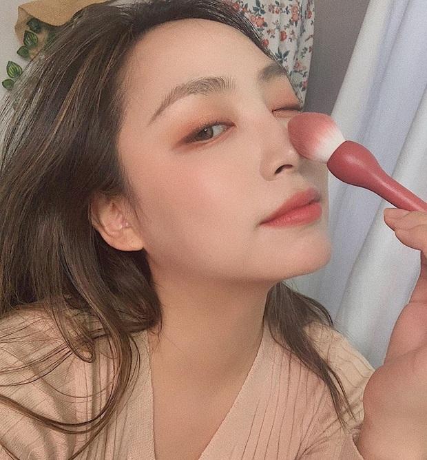 Chẳng cần makeup cầu kỳ, các nàng vẫn xinh tươi như hoa với 4 kiểu đánh má hồng đơn giản của gái Hàn - Ảnh 1.